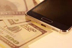 Κινητή τηλεφωνική φωτογραφία στα τραπεζογραμμάτια στοκ φωτογραφία με δικαίωμα ελεύθερης χρήσης
