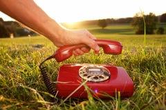 Κινητή τηλεφωνική επικοινωνία υπαίθρια στοκ εικόνες