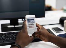 Κινητή τηλεφωνική οθόνη που παρουσιάζει σε απευθείας σύνδεση αγορές πληρωμής Στοκ φωτογραφία με δικαίωμα ελεύθερης χρήσης