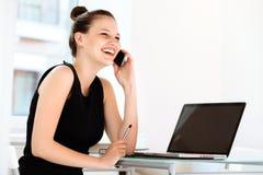 κινητή τηλεφωνική ομιλία επιχειρηματιών Στοκ Εικόνες