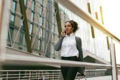 κινητή τηλεφωνική ομιλία επιχειρηματιών Στοκ φωτογραφία με δικαίωμα ελεύθερης χρήσης