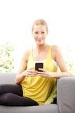 κινητή τηλεφωνική χαμογελώντας γυναίκα Στοκ φωτογραφία με δικαίωμα ελεύθερης χρήσης