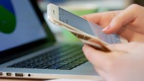 Κινητή τραπεζική υπηρεσία Θηλυκά χέρια που δακτυλογραφούν το αριθμό πιστωτικής κάρτας στο κινητό τηλέφωνο απόθεμα βίντεο