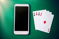 Κινητή χαρτοπαικτική λέσχη Σε απευθείας σύνδεση χαρτοπαικτική λέσχη στο smartphone Στοκ φωτογραφίες με δικαίωμα ελεύθερης χρήσης