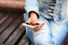 κινητή χρησιμοποιώντας γυναίκα Στοκ εικόνα με δικαίωμα ελεύθερης χρήσης