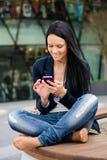 Κινητικότητα - γυναίκα με το smartphone στοκ φωτογραφία με δικαίωμα ελεύθερης χρήσης