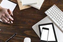 κινητοί τηλέφωνο, ταμπλέτα και φορητός προσωπικός υπολογιστής στο γραφείο γραφείων Στοκ εικόνα με δικαίωμα ελεύθερης χρήσης