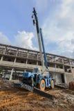 Κινητός γερανός στο εργοτάξιο οικοδομής Στοκ εικόνα με δικαίωμα ελεύθερης χρήσης