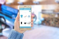 Κινητός με το σε απευθείας σύνδεση κατάστημα app στην τηλεφωνική επίδειξη στο χέρι γυναικών Στοκ Εικόνες