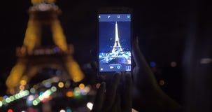 Κινητός πυροβολισμός του φωτισμένου πύργου του Άιφελ τη νύχτα φιλμ μικρού μήκους