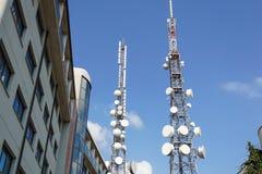 Κινητός πύργος κεραιών τηλεφωνικής επικοινωνίας με το δορυφορικό πιάτο στο υπόβαθρο μπλε ουρανού, πύργος τηλεπικοινωνιών Στοκ Εικόνες