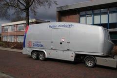Κινητός σταθμός ψηφοφορίας που χρησιμοποιείται στο δήμο Zuidplas στις Κάτω Χώρες που σταματούν στο εδρεύον σπίτι του ηλικιωμένου  στοκ φωτογραφία