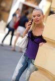 κινητός τηλεφωνικός έφηβος κοριτσιών Στοκ Φωτογραφία