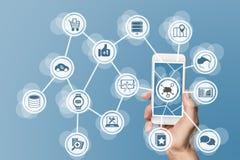 Κινητός υπολογισμός στο σύννεφο με το χέρι που κρατά το σύγχρονο έξυπνο τηλέφωνο με την οθόνη αφής Στοκ Εικόνα