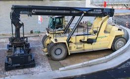 Κινητός χειριστής εμπορευματοκιβωτίων Στοκ εικόνα με δικαίωμα ελεύθερης χρήσης