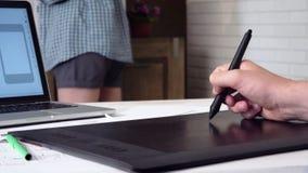 Κινητός app υπεύθυνος για την ανάπτυξη που δημιουργεί το πρωτότυπο που χρησιμοποιεί τη γραφική ταμπλέτα απόθεμα βίντεο