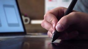 Κινητός app υπεύθυνος για την ανάπτυξη που δημιουργεί το πρωτότυπο που χρησιμοποιεί τη γραφική ταμπλέτα φιλμ μικρού μήκους