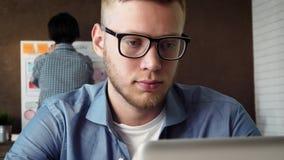 Κινητός app υπεύθυνος για την ανάπτυξη που λειτουργεί στο νέο κινητό πρωτότυπο εφαρμογής στο φορητό προσωπικό υπολογιστή του απόθεμα βίντεο