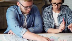Κινητός app υπεύθυνος για την ανάπτυξη που παρουσιάζει σχέδιό του στο συνάδελφο φιλμ μικρού μήκους