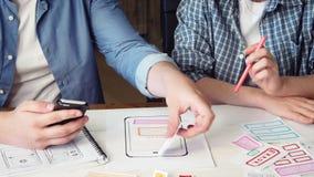 Κινητός app υπεύθυνος για την ανάπτυξη που παρουσιάζει σχέδιό του στο συνάδελφο απόθεμα βίντεο