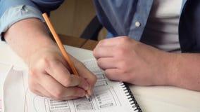 Κινητός app υπεύθυνος για την ανάπτυξη που σκιαγραφεί το σχέδιο νέο app στο σημειωματάριό του φιλμ μικρού μήκους