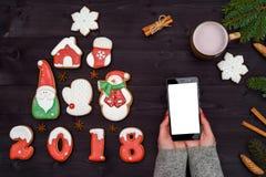 Κινητό έξυπνο τηλέφωνο με την κενή οθόνη για app την παρουσίαση στα χέρια γυναικών, διάστημα αντιγράφων αφηρημένο ανασκόπησης Χρι Στοκ Εικόνες