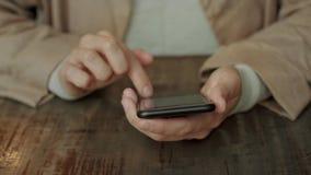Κινητό έξυπνο τηλέφωνο στα χέρια γυναικών φιλμ μικρού μήκους