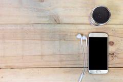 Κινητό έξυπνο τηλέφωνο με το ακουστικό στο ξύλινο υπόβαθρο Στοκ Εικόνες