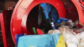 Κινητό εργοστάσιο επεξεργασίας αποβλήτων Απόβλητα στην ταξινόμηση του τυμπάνου Ταξινόμηση αποβλήτων απόθεμα βίντεο