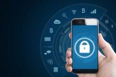 Κινητό σύστημα ασφαλείας συσκευών Χέρι που κρατά το κινητό έξυπνο τηλέφωνο με τα εικονίδια κλειδαριών και εφαρμογής στο μπλε υπόβ Στοκ Φωτογραφία