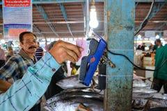 Κινητό τερματικό για την πληρωμή από την πιστωτική κάρτα στην αγορά ψαριών Στοκ φωτογραφία με δικαίωμα ελεύθερης χρήσης