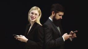 Κινητό τηλέφωνο ή smartphone που εθίζεται Νέοι επιχειρησιακοί γυναίκα και άνδρας που μιλούν με τον πελάτη Πορτρέτο του επιχειρημα φιλμ μικρού μήκους