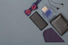 Κινητό τηλέφωνο, δεσμός τόξων, Κολωνία για τα άτομα, ακουστικά, δέρμα purs στοκ εικόνα