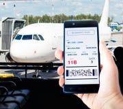 Κινητό τηλέφωνο με το κινητό πέρασμα τροφής Στοκ φωτογραφία με δικαίωμα ελεύθερης χρήσης