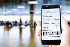 Κινητό τηλέφωνο με το κινητό πέρασμα τροφής Στοκ εικόνα με δικαίωμα ελεύθερης χρήσης