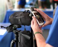 Κινητό τηλέφωνο που συνδέεται με την εξέταση του πεδίου ως οπτική συσκευή ενίσχυσης Στοκ φωτογραφία με δικαίωμα ελεύθερης χρήσης