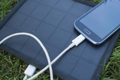 Κινητό τηλέφωνο που χρεώνει με τη ηλιακή ενέργεια - φορτιστής Στοκ φωτογραφίες με δικαίωμα ελεύθερης χρήσης
