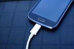 Κινητό τηλέφωνο που χρεώνει με τη ηλιακή ενέργεια - φορτιστής Στοκ φωτογραφία με δικαίωμα ελεύθερης χρήσης
