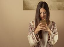 κινητό τηλέφωνο που χρησιμοποιεί τις νεολαίες γυναικών στοκ εικόνες