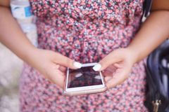 κινητό τηλέφωνο που χρησιμ& Στοκ εικόνα με δικαίωμα ελεύθερης χρήσης