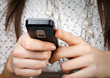 Κινητό τηλέφωνο στα χέρια Στοκ φωτογραφία με δικαίωμα ελεύθερης χρήσης