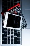 Κινητό τηλέφωνο στο καλάθι τροφίμων Χλεύη επάνω Στοκ φωτογραφία με δικαίωμα ελεύθερης χρήσης