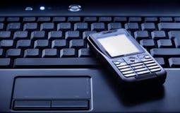 κινητό τηλέφωνο lap-top Στοκ φωτογραφία με δικαίωμα ελεύθερης χρήσης