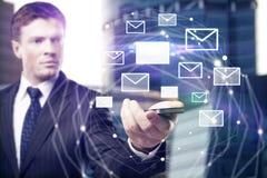 Κινητό τηλέφωνο εκμετάλλευσης ατόμων με το δίκτυο ηλεκτρονικού ταχυδρομείου Στοκ εικόνες με δικαίωμα ελεύθερης χρήσης