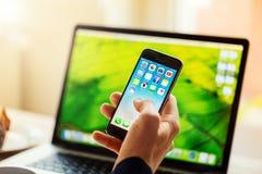 Κινητό τηλέφωνο εκμετάλλευσης επιχειρηματιών με ανοιγμένος Στοκ Φωτογραφίες