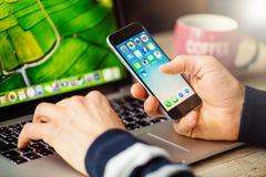 Κινητό τηλέφωνο εκμετάλλευσης επιχειρηματιών με ανοιγμένος Στοκ εικόνα με δικαίωμα ελεύθερης χρήσης
