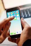 Κινητό τηλέφωνο εκμετάλλευσης επιχειρηματιών με ανοιγμένος Στοκ εικόνες με δικαίωμα ελεύθερης χρήσης