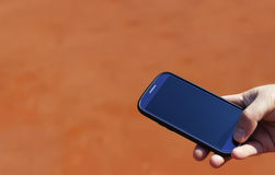 Κινητό τηλέφωνο διαθέσιμο, unrecognizable τηλέφωνο στοκ φωτογραφία με δικαίωμα ελεύθερης χρήσης