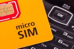 Κινητό τηλέφωνο με την κάρτα μικροϋπολογιστών sim Στοκ Εικόνες