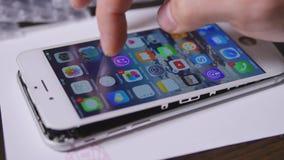 Κινητό τηλέφωνο δοκιμής χεριών τεχνικών απόθεμα βίντεο